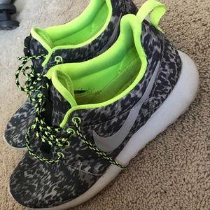 Shoes - NIKE roshe runs